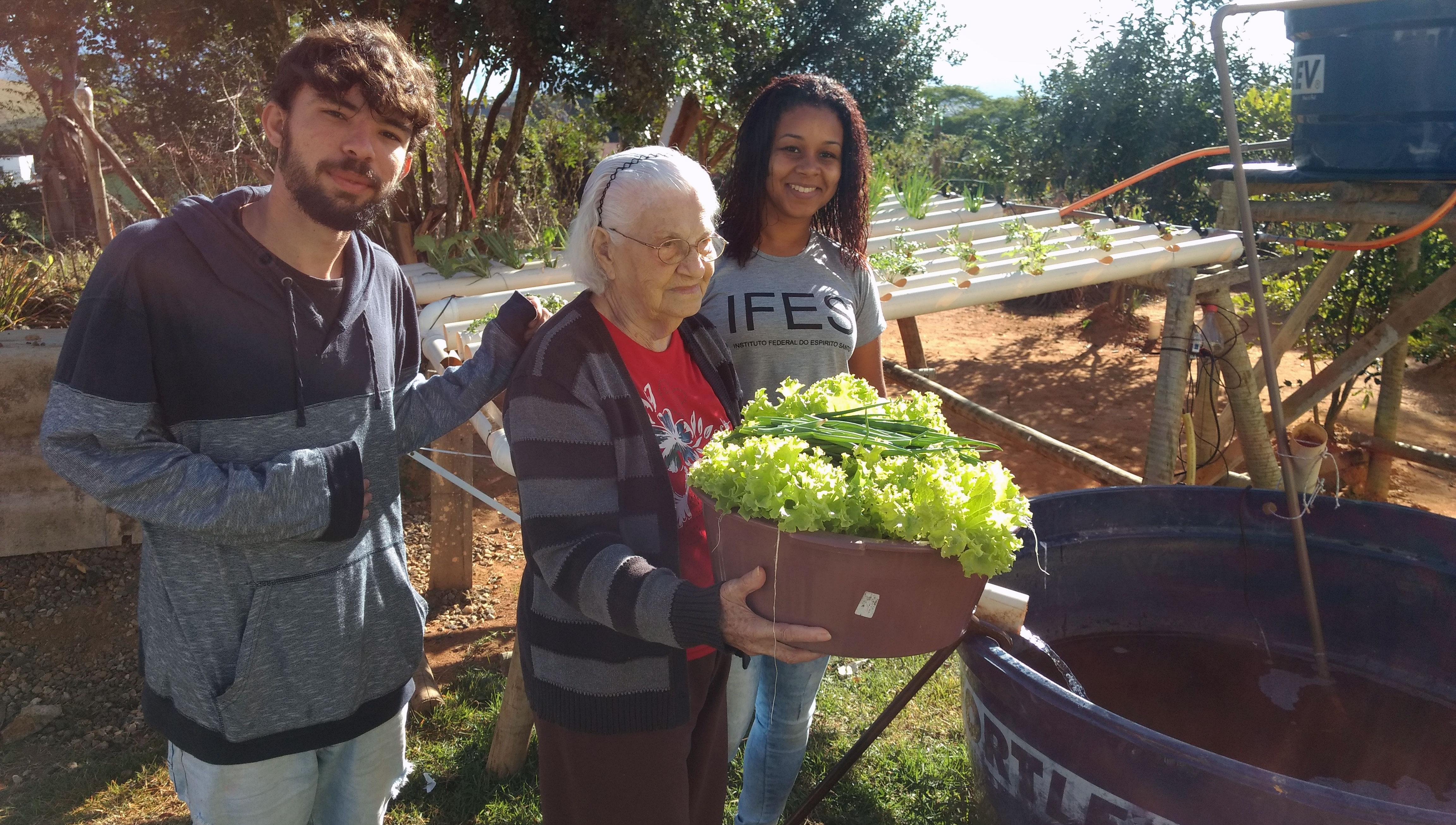 Projeto do Campus de Alegre leva peixes e hortaliças para idosos de Jerônimo Monteiro